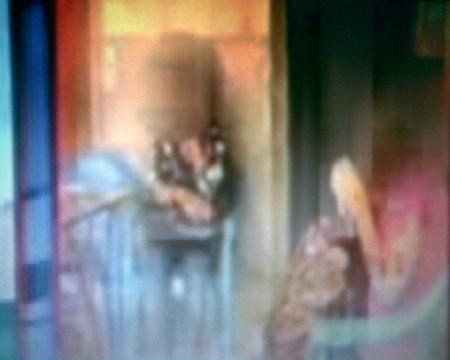 உட்கார்ந்திருக்கும் இரு இளம் பெண்கள், குழந்தைகள் அல்ல, முகம் மறைக்கப்பட்டுள்ளது!